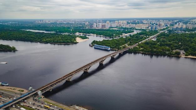 Widok z lotu ptaka na most metra w kijowie