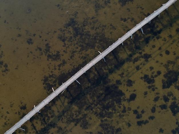 Widok z lotu ptaka na most nad jeziorem