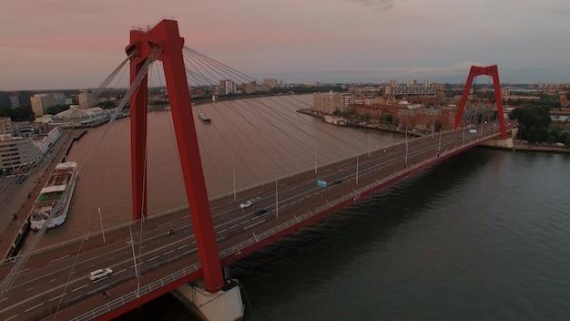 Widok z lotu ptaka na most willem w rotterdamie