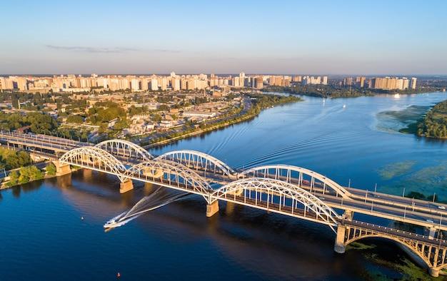 Widok z lotu ptaka na mosty łukowe darnytsia przez dniepr w kijowie, ukraina