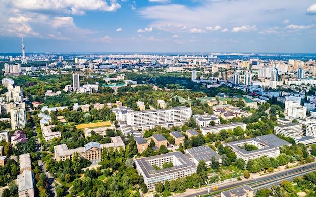 Widok z lotu ptaka na narodowy uniwersytet techniczny ukrainy, znany również jako kijowski instytut politechniczny im. igora sikorskiego. kijów, ukraina
