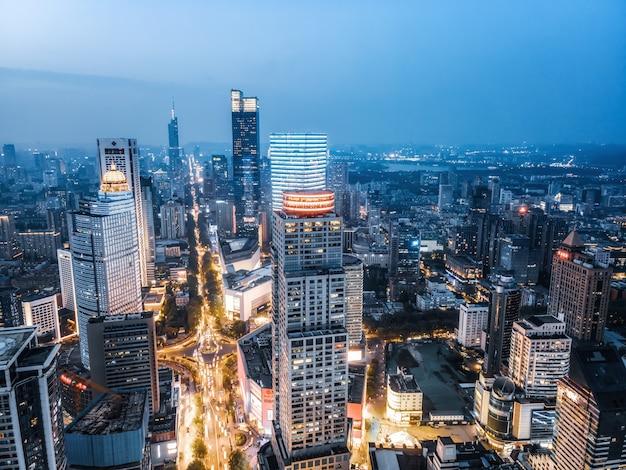 Widok z lotu ptaka na nocny widok nowoczesnych budynków miejskich w nanjing