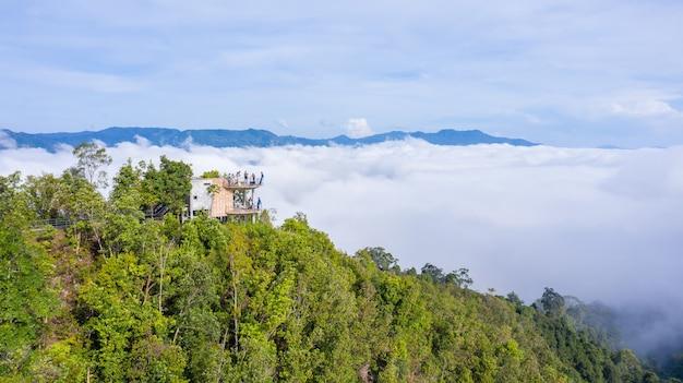 Widok z lotu ptaka na nową lokalizację i punkt widokowy na skywalk do oglądania morza mgły w ai yerweng, betong yala, tajlandia 2021