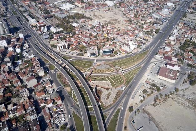 Widok z lotu ptaka na nowoczesne europejskie miasto widok z góry na miasto