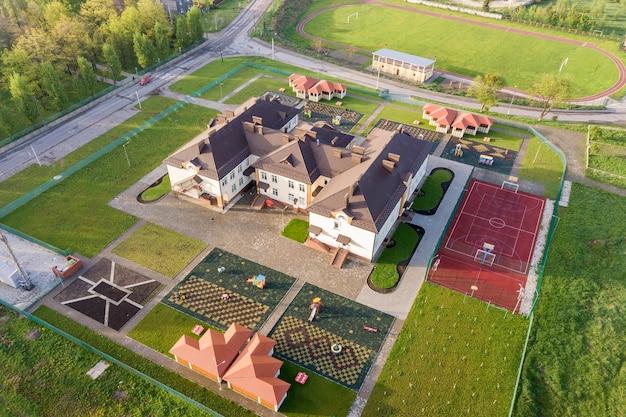 Widok z lotu ptaka na nowy budynek prescool w wiejskiej okolicy mieszkalnej.