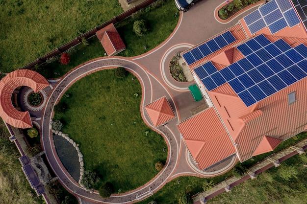 Widok z lotu ptaka na nowy nowoczesny dom mieszkalny z niebieskimi panelami