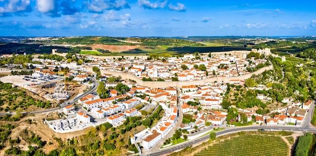 Widok z lotu ptaka na obidos, miasto w regionie oeste w portugalii