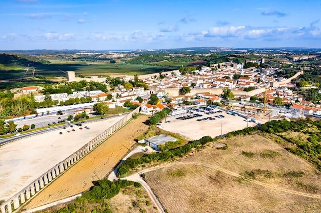 Widok z lotu ptaka na obidos z akweduktem usseira w regionie oeste w portugalii