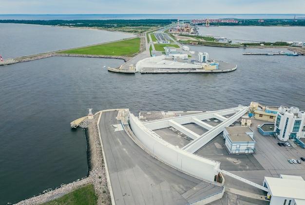 Widok z lotu ptaka na obiekt przeprawy statków w kronsztadzie w rosji. jest częścią budowli ochronnych sankt petersburga przed powodziami.