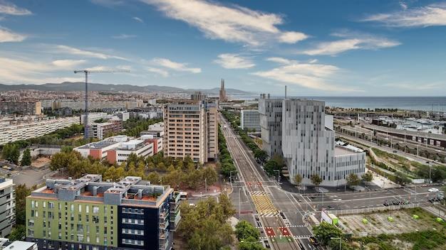 Widok z lotu ptaka na obszar forum, dzielnicę diagonal mar, morze, port i aleję eduarda maristany'ego w barcelonie, hiszpania.