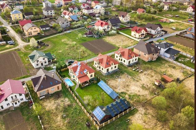 Widok z lotu ptaka na obszar wiejski w mieście z domami mieszkalnymi