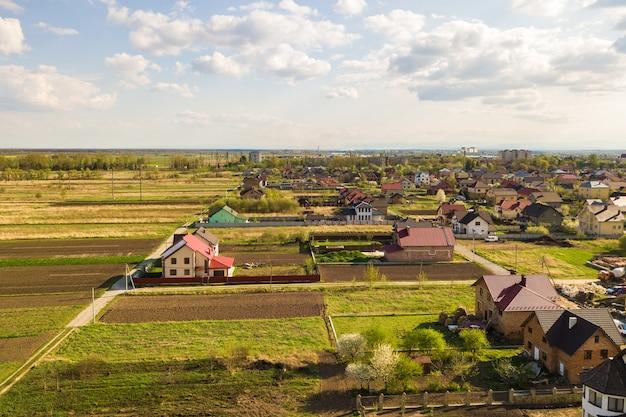 Widok z lotu ptaka na obszar wiejski w mieście z domami