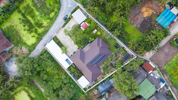 Widok z lotu ptaka na ogniwa słoneczne na dachu, panele słoneczne zainstalowane na dachu domu