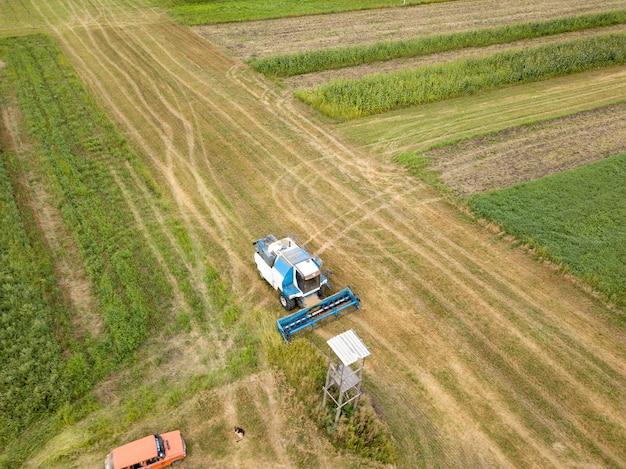 Widok z lotu ptaka na oranie ziemi po zbiorach na polu w okresie letnim. widok z góry z lotu ptaka z drona pola po zbiorach.