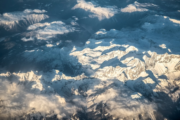 Widok z lotu ptaka na ośnieżone alpy