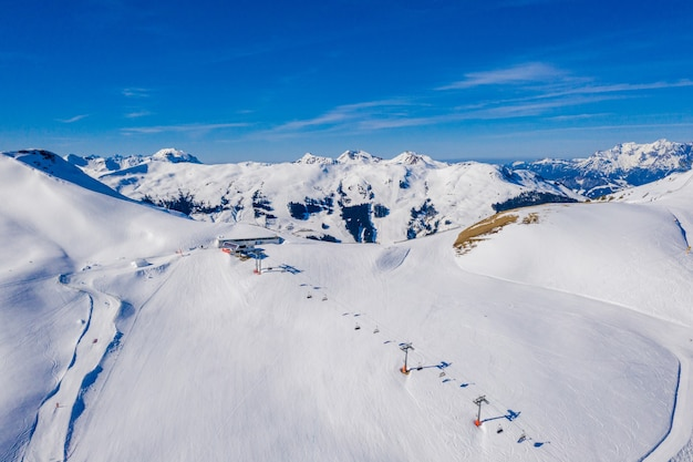 Widok z lotu ptaka na ośrodek narciarski chamonix mont blanc w alpach