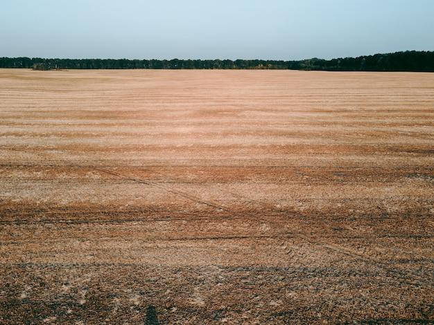 Widok z lotu ptaka na otwarte pole w ciągu dnia