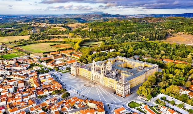 Widok z lotu ptaka na pałac mafry. światowe dziedzictwo unesco w portugalii