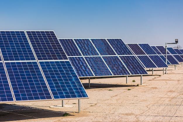 Widok z lotu ptaka na panel słoneczny, fotowoltaikę, alternatywne źródło energii elektrycznej