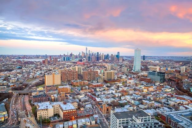 Widok z lotu ptaka na panoramę manhattanu i new jersey o zachodzie słońca, nowy jork w stanach zjednoczonych