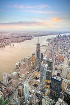 Widok z lotu ptaka na panoramę manhattanu o zachodzie słońca, nowy jork w stanach zjednoczonych