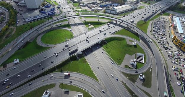 Widok z lotu ptaka na panoramę miasta i ruchliwe przesiadki