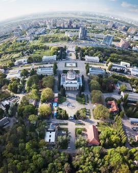 Widok z lotu ptaka na panoramę miasta kijowa.