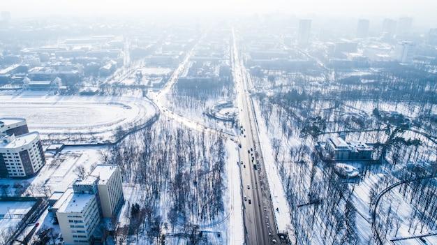 Widok z lotu ptaka na panoramę miasta w zimowy dzień