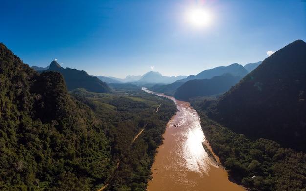 Widok z lotu ptaka na panoramę rzeki nam ou nong khiaw muang ngoi laos,
