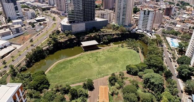 Widok z lotu ptaka na park miejski ribeirao preto. park dr luisa carlosa raya.