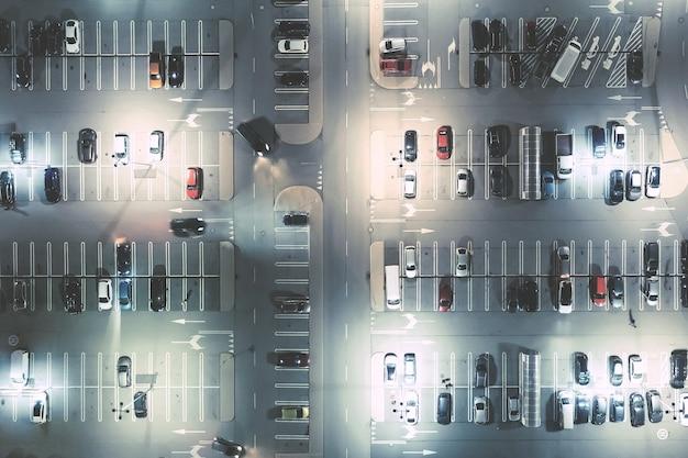 Widok z lotu ptaka na parking w centrum handlowym. wrocław polska