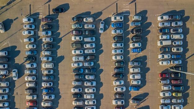 Widok z lotu ptaka na parkowanie z zaparkowanymi samochodami.