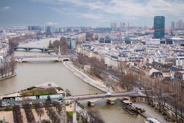 Widok z lotu ptaka na paryż, panoramiczna scena sekwany