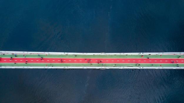 Widok z lotu ptaka na pas dla pieszych i ścieżek rowerowych na moście w parku