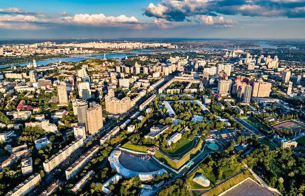 Widok z lotu ptaka na peczersk, centralną dzielnicę kijowa, stolicy ukrainy