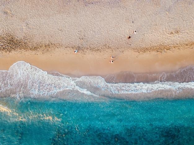 Widok z lotu ptaka na piaszczyste wybrzeże turkusowego morza