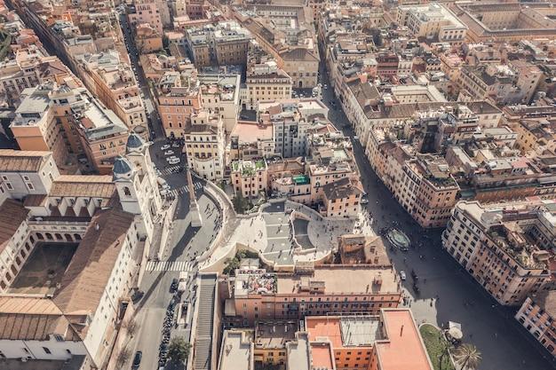 Widok z lotu ptaka na piazza di spagna i schody hiszpańskie w rzymie