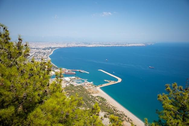 Widok z lotu ptaka na piękną błękitną zatokę antalya, plażę konyaalti i popularny kurort nadmorski antalya w turcji
