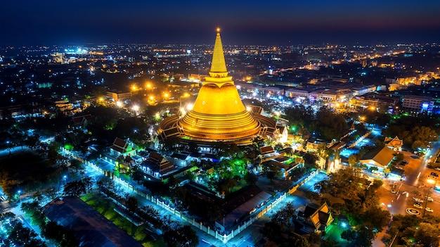 Widok z lotu ptaka na piękną pagodę gloden w nocy. świątynia phra pathom chedi w prowincji nakhon pathom, tajlandia.
