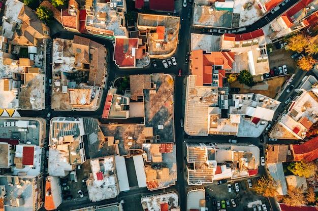 Widok z lotu ptaka na piękną panoramę miasta z wieloma budynkami na cyprze