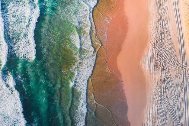 Widok z lotu ptaka na piękną plażę z krystalicznie czystą wodą