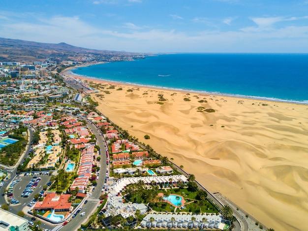 Widok z lotu ptaka na piękną pustynię nad oceanem atlantyckim na jasnej ścianie błękitnego nieba