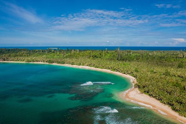 Widok z lotu ptaka na piękną tropikalną plażę z białym piaskiem i turkusową czystą wodą w indonezji