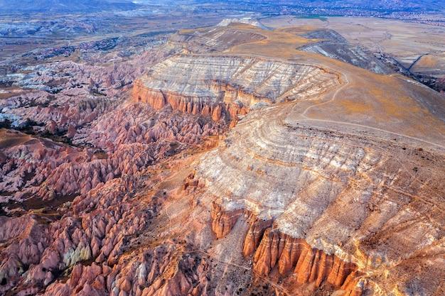 Widok z lotu ptaka na piękne góry i czerwoną dolinę w goreme, kapadocja w turcji.