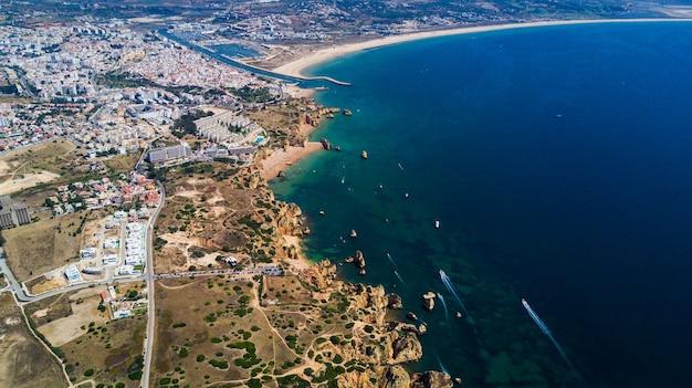 Widok z lotu ptaka na piękne klify i plażę w pobliżu miasta lagos na wybrzeżu algarve w portugalii
