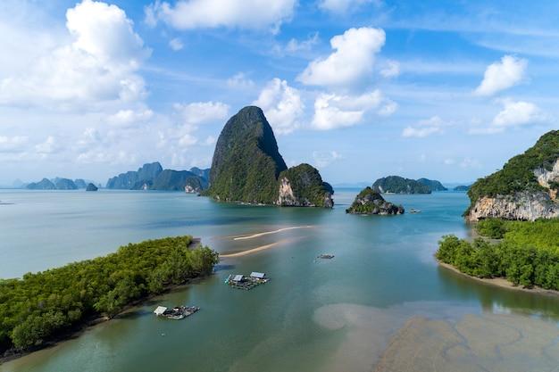 Widok z lotu ptaka na piękne krajobrazy w zatoce phang nga z lasem namorzynowym i wzgórzami na morzu andamańskim phang nga tajlandia