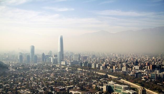 Widok z lotu ptaka na piękne miasto santiago w chile