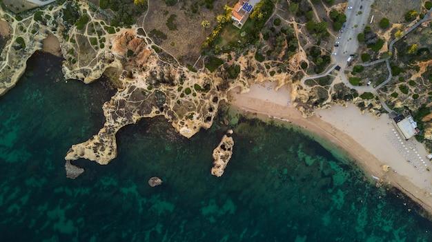 Widok z lotu ptaka na piękne plaże wybrzeża wybrzeża algarve, portugalia. koncepcja powyższej plaży portugalii. letnie wakacje