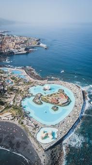 Widok z lotu ptaka na pięknie zaprojektowane baseny ze słoną wodą lago martianez w puerto de la cruz, teneryfa, wyspy kanaryjskie, hiszpania