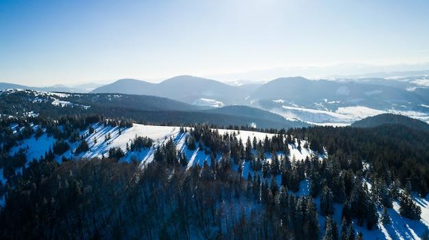 Widok z lotu ptaka na piękny hipnotyzujący krajobraz jodłowego lasu rosnącego na wzgórzach i górach